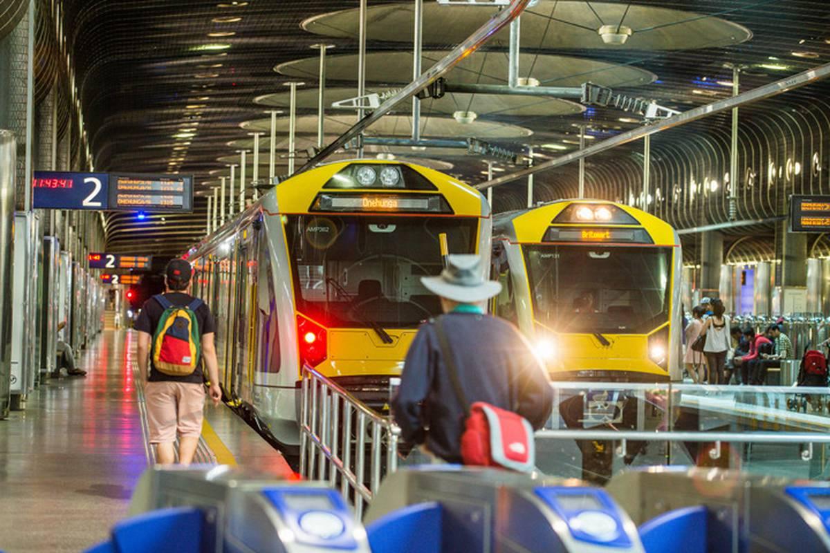 Win clipart train window. Wellington bomb threat woman